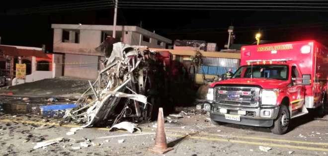 Accidente ocurrido en la madrugada de este martes dejó 24 muertos y 19 heridos. Foto: Twitter @BomberosQuito