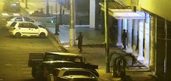 Grupo de personas atacó con piedras las instalaciones de la Capitanía. Foto: ECU 911