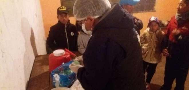 Técnicos de Arcsa realizan un muestreo de alimentos. Foto: Arcsa