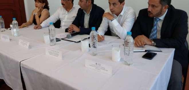 Autoridades reunidas para tratar el cobro de tasa de patios de contenedores. Foto: Twitter Obras Públicas.