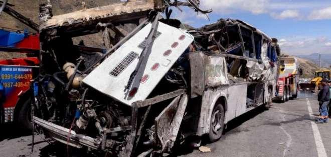 QUITO, Ecuador.- Agentes de la Policía inspeccionan los restos del bus que llevaba droga.