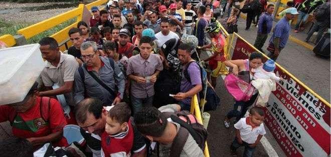 Decenas de miles de personas cruzan cada día desde Venezuela hacia Colombia.