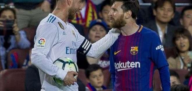 El capitán del Real Madrid, Sergio Ramos, saluda al capitán del Barcelona, el argentino Lionel Messi.