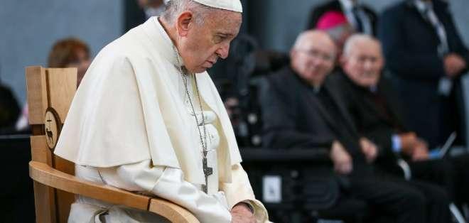 DUBLIN, Irlanda.- El papa fue acusado de haber anulado las sanciones contra el cardenal estadounidense, Theodore McCarrick. AFP.