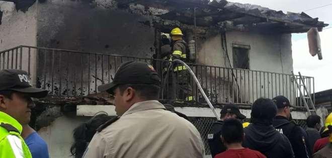 El CISNE, Loja.- Varios inmuebles resultaron afectados por el incendio en esa parroquia. Foto: Twitter El Bombero.