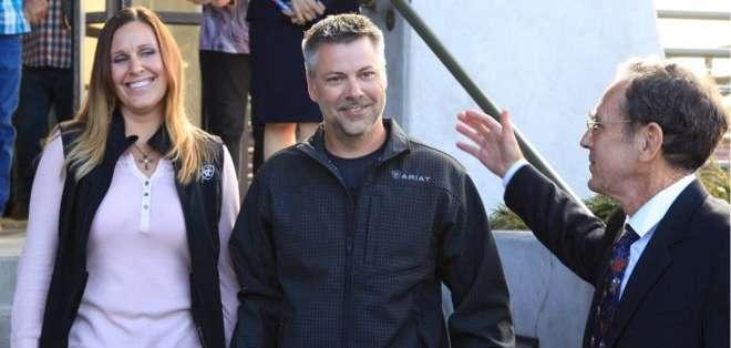 Horner fue liberado en agosto, pudo caminar libre junto a su esposa, Kelli.