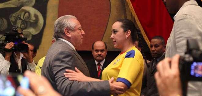 Luis Chiriboga Acosta, cuando fue condecorado por el Legislativo. Foto: Archivo Asamblea