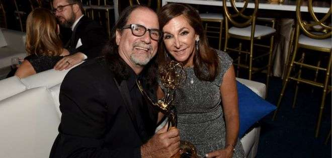El director de televisión Glenn Weiss pidió matrimonio a su pareja, Jan Svendsen, durante la ceremonia.