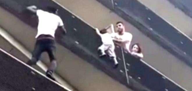 De manera temeraria, Mamoudou Gassama subió rápidamente por los balcones del edificio para rescatar al niño.