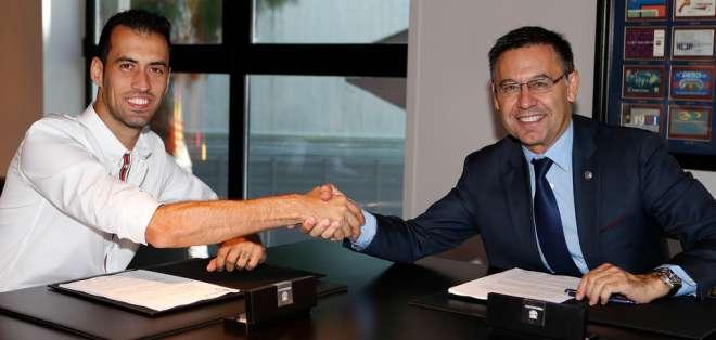Sergio Busquets durante la firma de su contrato con el FC Barcelona. Foto: FCB