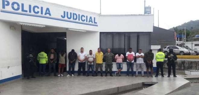ESMERALDAS.- Al momento de la detención, portaban armas de fuego y uniformes de uso militar. Foto: Cortesía