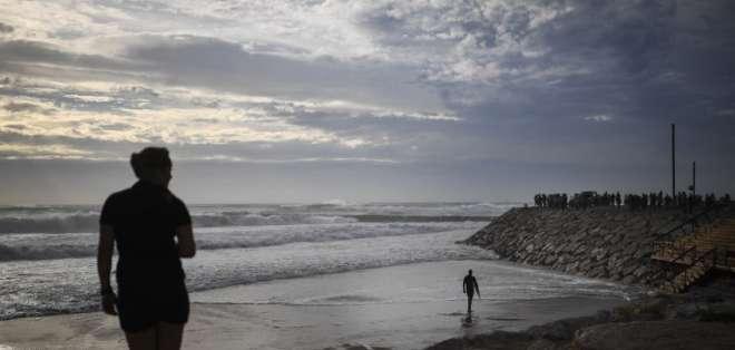 LISBOA, Portugal.- Autoridades de ese país prohibieron realizar actividades en la costa como el surf. Foto: AFP.