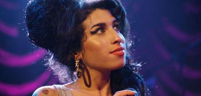 En su corta carrera musical ganó 6 premios Grammy y se convirtió en una de las cantantes más importantes de su generación.