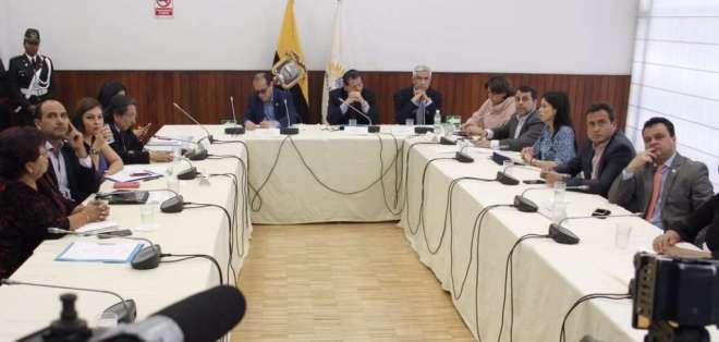 QUITO, Ecuador.- Asambleísta Esteba Bernal y ministro Paúl Granda comparecen ante comisión legislativa. Foto: Twitter