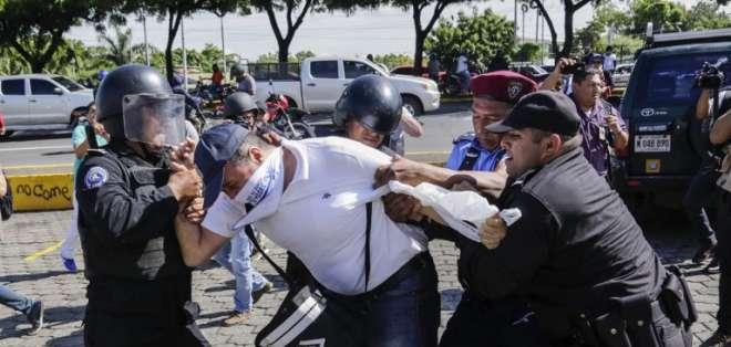 Un hombre nicaragüense es arrestado por la policía antidisturbios durante una protesta contra el gobierno. Foto: AFP