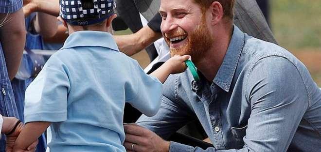 DUBOO, Australia.- El príncipe Harry recibió un gesto cariñoso e 'inapropiado' de un niño. Foto: AP.