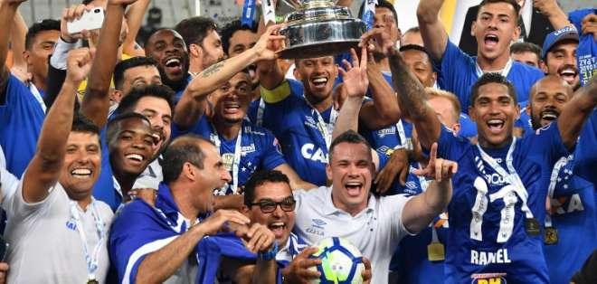 SAO PAULO, Brasil.- Cruzeiro alzó su sexta Copa de Brasil. Foto: AFP