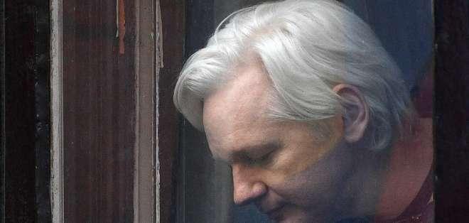 LONDRES.- La justicia británica mantiene orden de prisión en su contra por violar las condiciones de fianza. Foto: Archivo