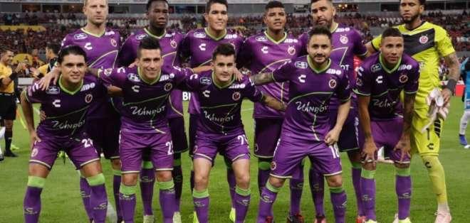 El jugador ecuatoriano (arriba) cometió un penal que fue pitado gracias al sistema tecnológico. Foto: Tomada de @ClubTiburones