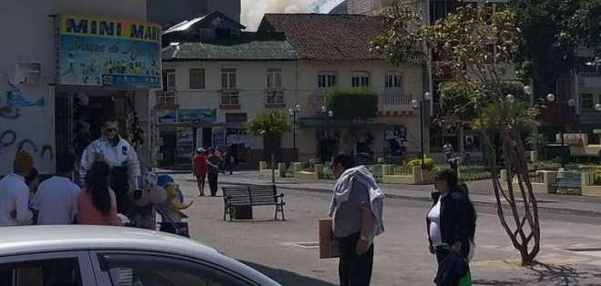 Reportan incendio forestal en Baños de Ambato. Foto: API