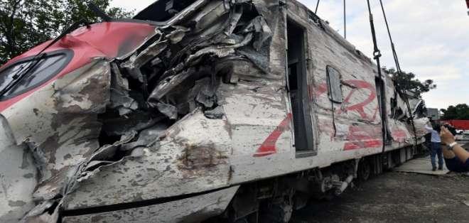 Vagón del tren Puyuma Express fue levantado por una grúa en Yilan Foto: AFP