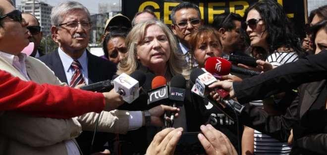 Aragundi acudió a la Fiscalía acompañada de miembros de la Asociación de Víctimas del 30S. Foto: API
