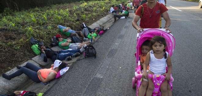 Migrante centroamericano y sus hijas en la caravana Foto: AP