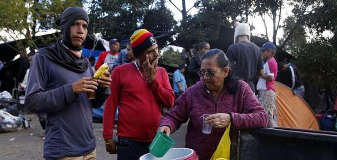 QUITO, Ecuador.- Venezolanos que migraron a Ecuador se refugiaron en el Terminal de Carcelén en agosto. Foto: API/Referencial.