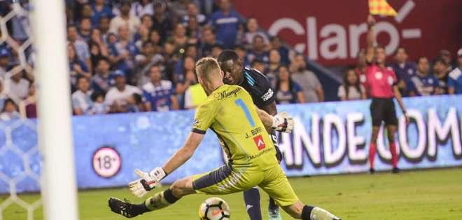 El club 'azul' inhabilitó al aficionado que lanzó el objeto en el partido ante Macará. Foto: API