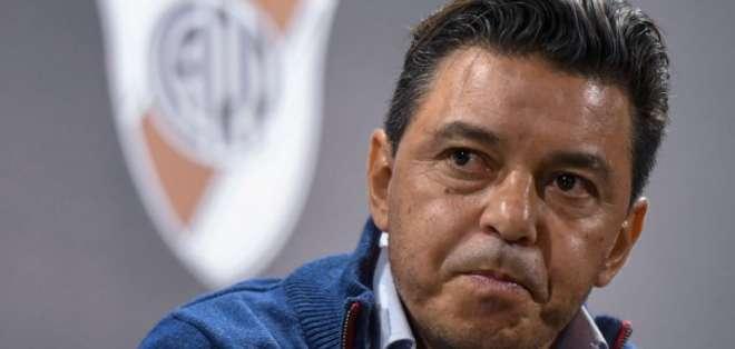 El técnico argentino fue al vestuario de River Plate a pesar de estar suspendido. Foto: Eitan ABRAMOVICH / AFP