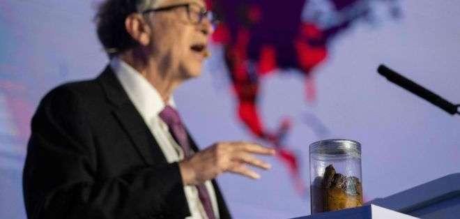 Gates usó vaso con heces para hablar de bacterias relacionadas con sanitarios deficientes. Foto: Getty Images
