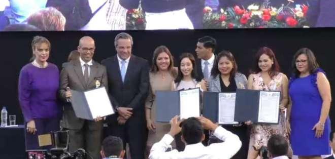 Durante la ceremonia se entregaron reconocimientos a destacados personajes de provincia. Foto: Captura Video.