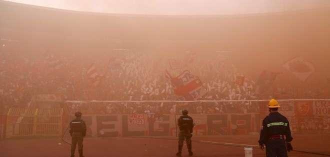 Los aficionados del Estrella Roja de Belgrado generan un ruido ensordecedor en su estadio.