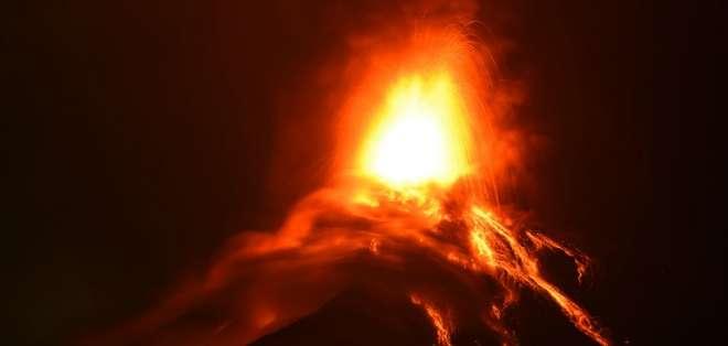La intensa erupción levanta columnas de ceniza que superan los mil metros. Foto: AFP