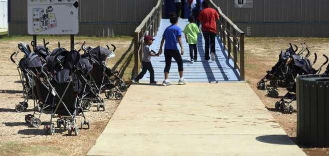 En centro de detención de Texas se retuvo a 40 familias por 4 meses tras reagrupaciones. Foto: AP
