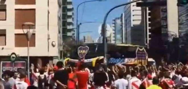 El autobús de Boca atacada por fans de River. Foto: Captura