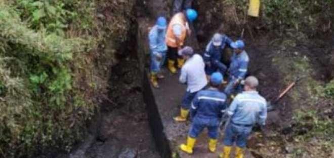 Trabajadores de Epmaps realizan la reparación de la tubería. Foto: Epmaps