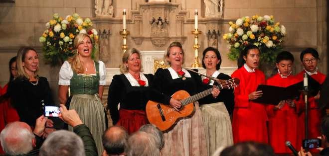 """NUEVA YORK, EE.UU.- Los cantantes de la familia Kroll cantan """"Noche de Paz"""" con el coro de Trinity Wall Street. Foto: AP."""