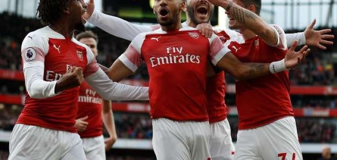 LONDRES, Reino Unido.- Aubameyang (centro) abrió el marcador que posteriormente se convirtió en victoria para el Arsenal.