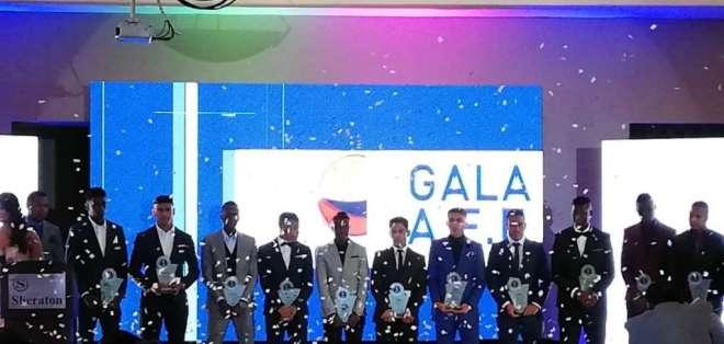 GUAYAQUIL, Ecuador.- La ceremonia premió a Paúl Vélez como técnico del año. Foto: Radio Huancavilca