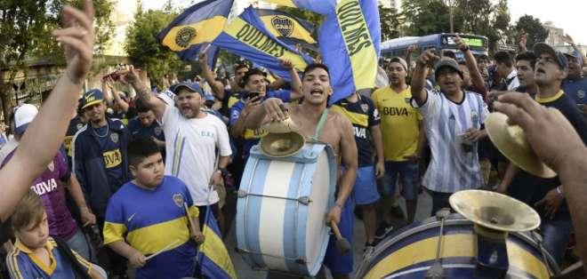 BUENOS AIRES, Argentina.- Los cánticos y burlas a su rival eran entonados por los fanáticos. Foto: AFP