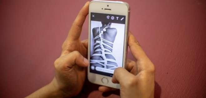"""El """"sexting"""" consiste en intercambiar imágenes íntimas o eróticas oor celular. Foto: AFP"""