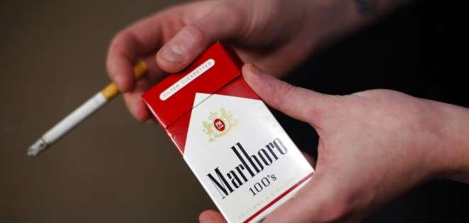 Un paquete de cigarrillos Marlboro en la tienda Smoker Friendly en Pittsburgh. Foto: AP