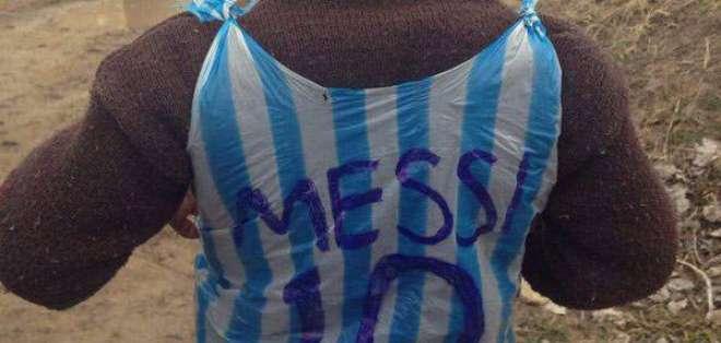 Murtaza Ahmadi muestra la firma de Messi en la camiseta que le regaló el astro argentino en 2016.