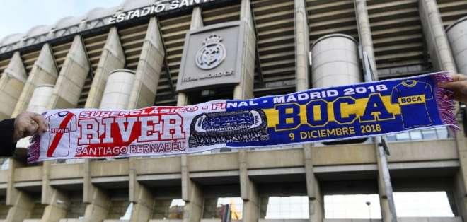 MADRID, España.- En los exteriores del Santiago Bernabéu se venden miles de artículos con relación a la final. Foto: AFP