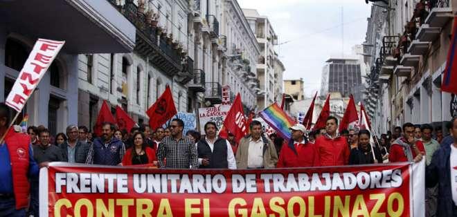 QUITO, Ecuador.- Trabajadores marcharon en la capital y calificaron el alza de $8 como una 'burla'. Foto: API.
