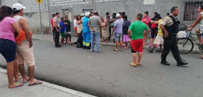 GUAYAQUIL, Ecuador.- Los afectados fueron arrojados de un auto a la vía pública. Foto: Cortesía.