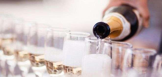 Una serie compleja de reacciones químicas entre la levadura y el azúcar ayuda a crear las atractivas burbujas del champán.