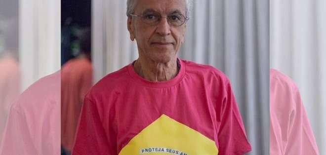 """El artista brasileño Caetano Veloso se unió a la campaña en redes sociales que proclama que """"el color no tiene género""""."""