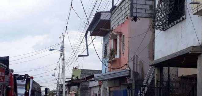 GUAYAQUIL, Ecuador.- Bomberos atendieron la emergencia reportada en las calles 26 y la I. Foto: Cortesía.